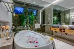 Villa Aramanis - Indah, Master bathroom